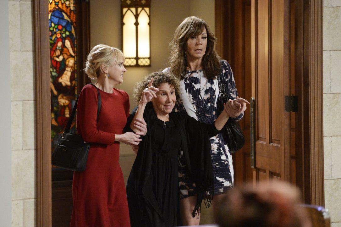 Als Victors Schwester Anya (Rhea Perlman, M.) sich weigert, zu dessen Hochzeit mit Marjorie zu gehen, lassen sich Christy (Anna Faris, l.) und Bonni... - Bildquelle: 2015 Warner Bros. Entertainment, Inc.