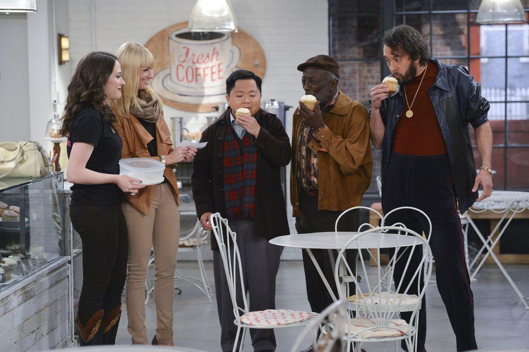 Verzweifelt versuchen Max (Kat Dennings, l.) und Caroline (Beth Behrs, 2.v.l.), Geld für die Miete aufzutreiben und das sogar bei ihren Freunden un... - Bildquelle: Warner Bros. Television