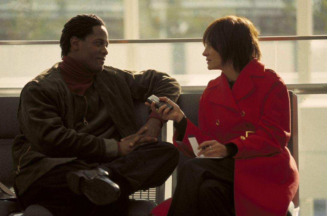 """Das Leben ist doch ein Film: Calvin (Blair Underwood, l.) und Francesca (Julia Roberts, r.) stehen zusammen in einem Film """"Rendezvous"""" vor der Kamer... - Bildquelle: Miramax"""