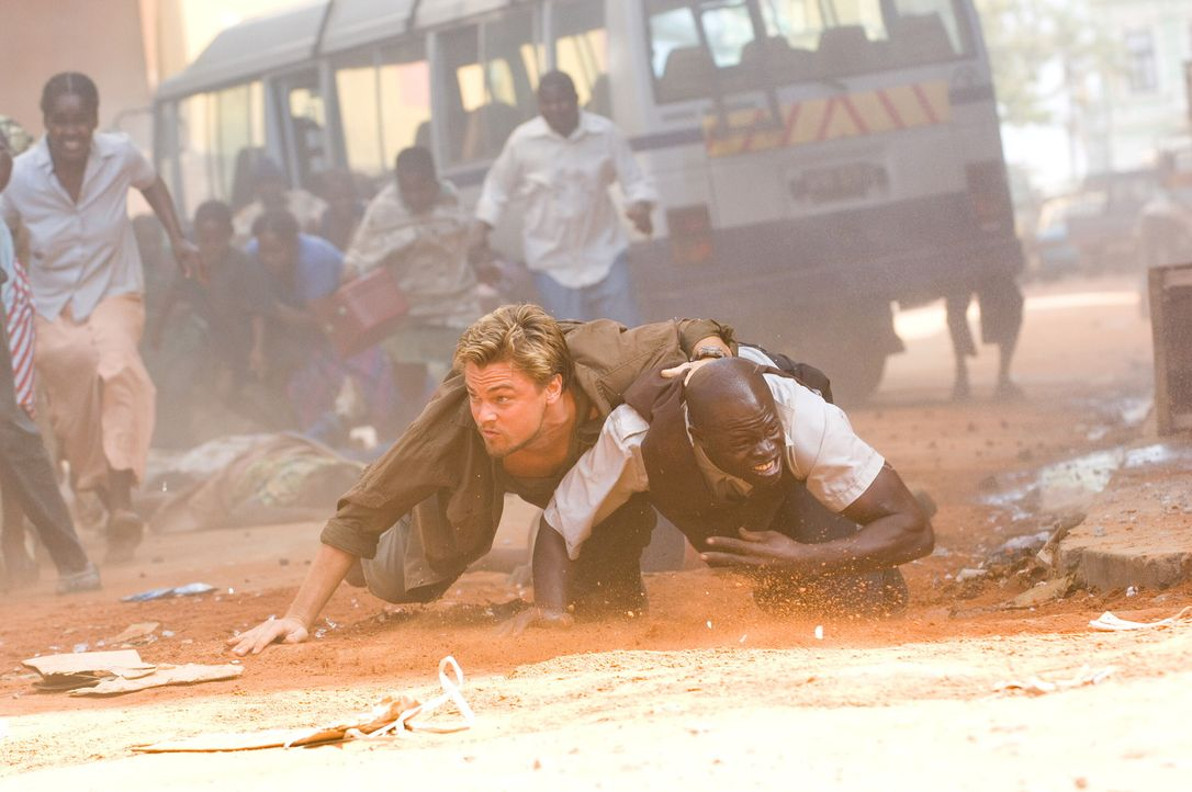 Geraten in die Strassenkämpfe in Sierra Leone: Danny Archer  (Leonardo DiCaprio, l.) und Solomon Vandy (Djimon Hounsou, r.) ... - Bildquelle: Warner Bros.
