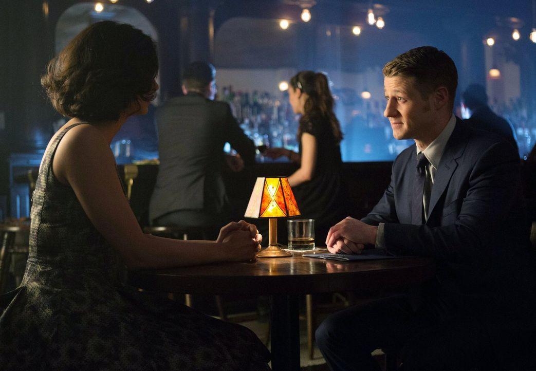 Während Bruce Wayne ungeduldig ist, da es keine Fortschritte im Mordfall seiner Eltern gibt, trifft sich Gordon (Ben McKenzie, r.) mit Dr. Leslie Th... - Bildquelle: Warner Bros. Entertainment, Inc.