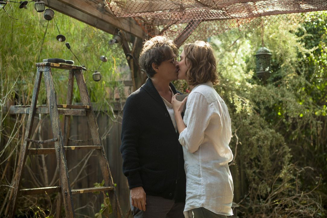 Noch ist die Welt von Will (Johnny Depp, l.) und Evelyn Carter (Rebecca Hall, r.) völlig in Ordnung. Als am nächsten Tag jedoch das Ehepaar, das ein... - Bildquelle: Peter Mountain 2013 Alcon Entertainment, LLC. All Rights Reserved