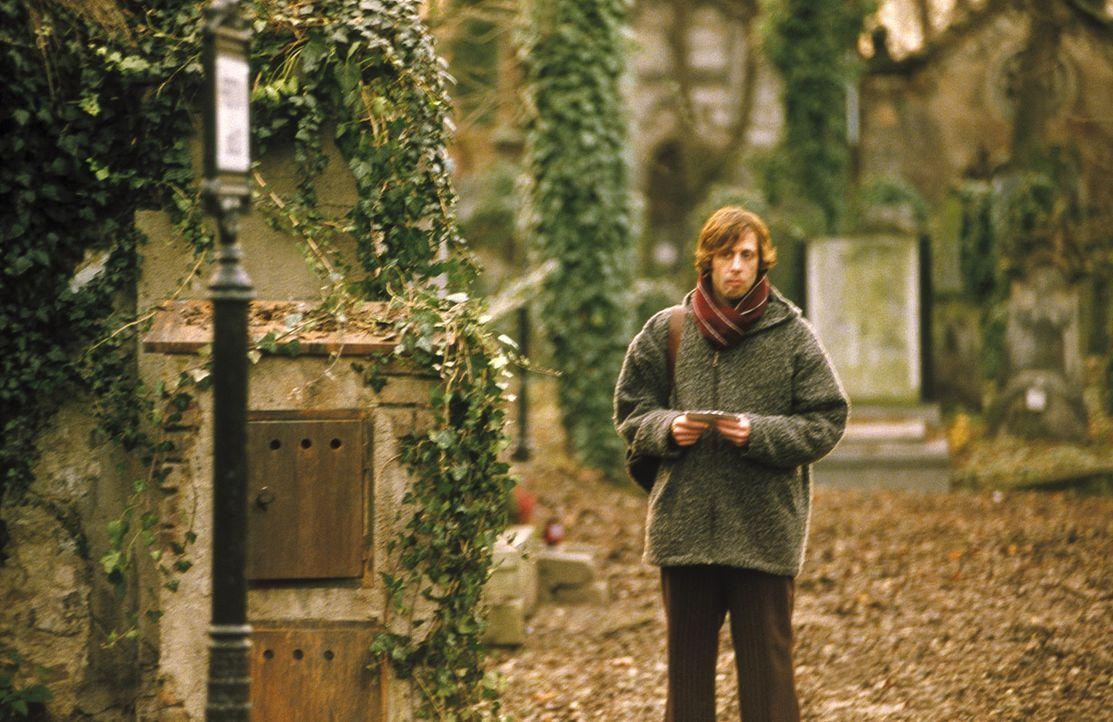 Als Lenny (Oliver Korittke) erkennt, dass sich der anonyme Hinweis auf eine Grabstätte bezieht, sieht er alle Hoffnung auf eine Klärung fahren. Da... - Bildquelle: Jiri Hanzl ProSieben