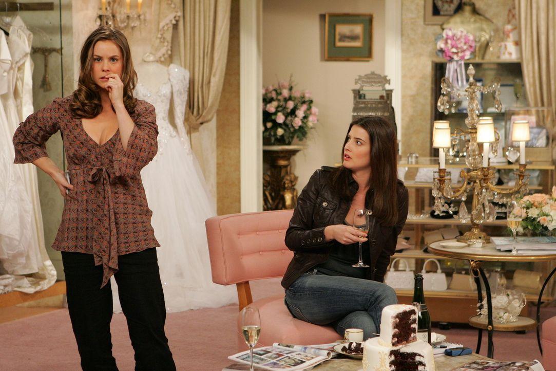 Robin (Cobie Smulders, r.) und Victoria (Ashley Williams, l.) versuchen Lily bei der Suche nach dem perfekten Hochzeitskleid zu helfen, was jedoch n... - Bildquelle: 20th Century Fox International Television