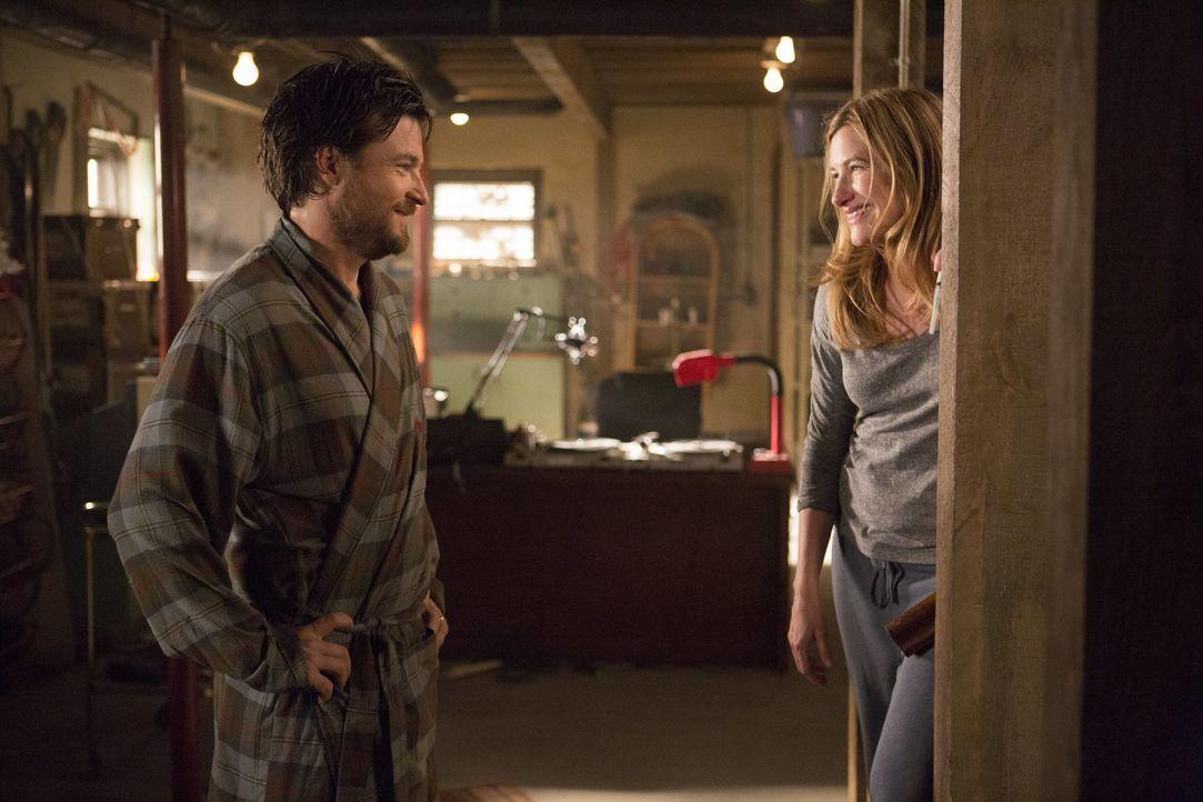 Annie (Kathryn Altman, r.)  - die bevor sie mit Paul zusammengekommen ist, mit seinem Bruder Judd (Jason Batemann, l.) zusammen war - hat eine verrü... - Bildquelle: 2014 Warner Brothers