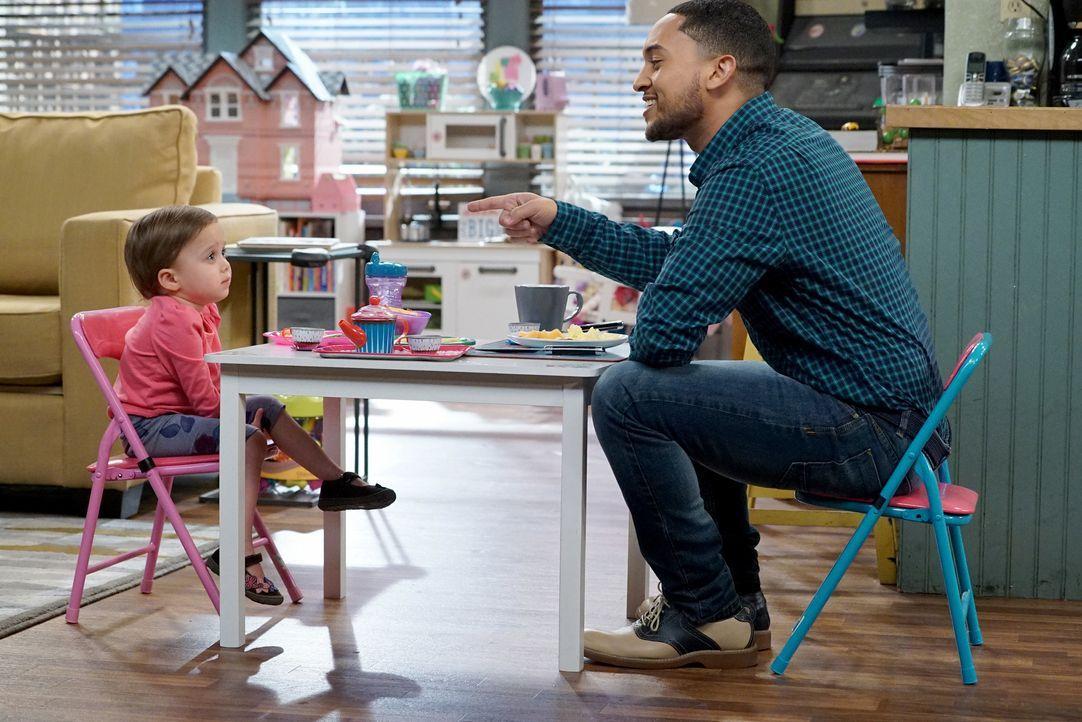 Während Emmas und Tucker Dobbs' (Tahj Mowry, l.) Teeparty ist noch alles ruhig, doch das wird sich bald ändern .... - Bildquelle: Eric McCandless ABC Family / Eric McCandless