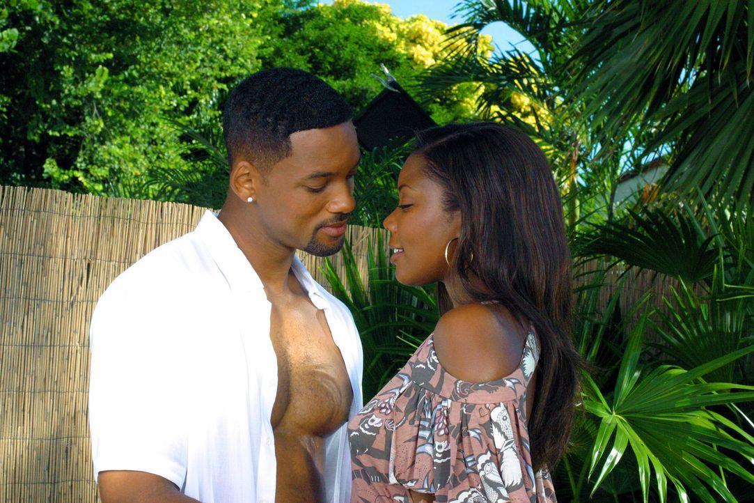 Die Miami-Cops Marcus Burnett und Mike Lowry (Will Smith, l.) sind gute Freunde, doch Mikes Affäre mit Marcus' Schwester Sydney (Gabrielle Union, r... - Bildquelle: 2004 Sony Pictures Television International. All Rights reserved.