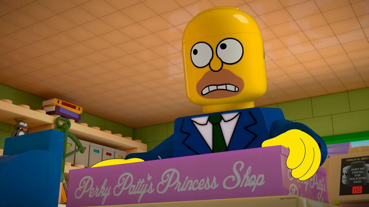 Lego-Homer kauft wieder einmal ein Geschenk für seine geliebte Tochter Lisa. Doch wird er damit garantieren können, dass ihre Beziehung unverändert... - Bildquelle: 2013 Twentieth Century Fox Film Corporation. All rights reserved.