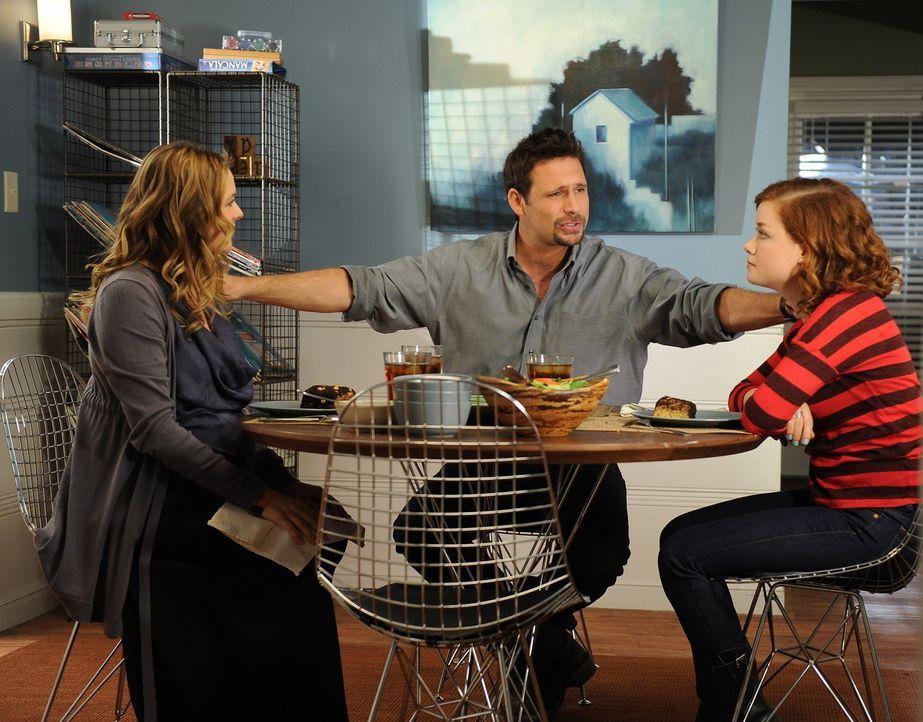 George (Jeremy Sisto, M.) und Eden (Alicia Silverstone, l.) sind mittlerweile zusammen und Eden kümmert sich darum für Tessa (Jane Levy, r.) ein P... - Bildquelle: Warner Brothers