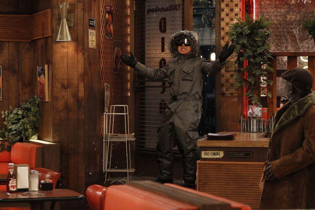 Dick eingepackt schaffen es auch Han (Matthew Moy, l.) und Earl (Garrett Morris, r.), endlich im Diner zu erscheinen, doch lange bleibt der Laden so... - Bildquelle: Warner Brothers