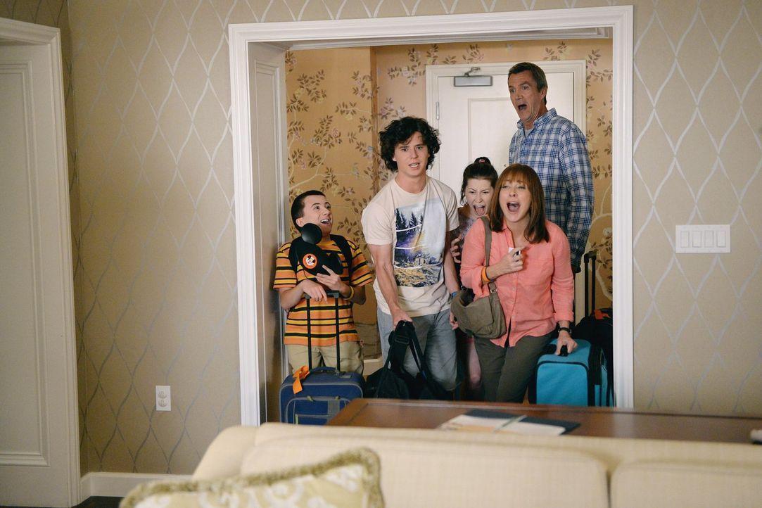 (v.l.n.r.) Brick (Atticus Shaffer); Axl (Charlie McDermott); Sue (Eden Sher); Frankie (Patricia Heaton); Mike (Neil Flynn) - Bildquelle: Warner Brothers