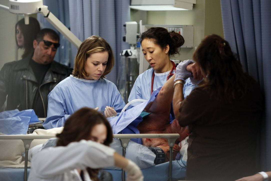 Versuchen alles, um Leben zu retten: Heather (Tina Majorino, M.l.) und Cristina (Sandra Oh, M.r.) ... - Bildquelle: ABC Studios