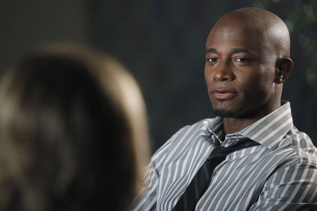 Nachdem was Bizzy (JoBeth Williams, l.) Addison an den Kopf geworfen hat, spricht Sam (Taye Diggs, r.) mit ihr. Doch wird er sie beruhigen können? - Bildquelle: ABC Studios