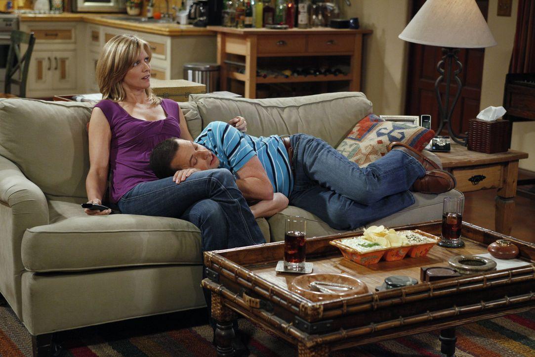 Nachdem Alan (Jon Cryer, r.) das Haus seiner Freundin Lyndsey (Courtney Thorne-Smith, l.) abgefackelt hat, kehrt er gemeinsam mit ihr, ihrem Sohn un... - Bildquelle: Warner Bros. Television