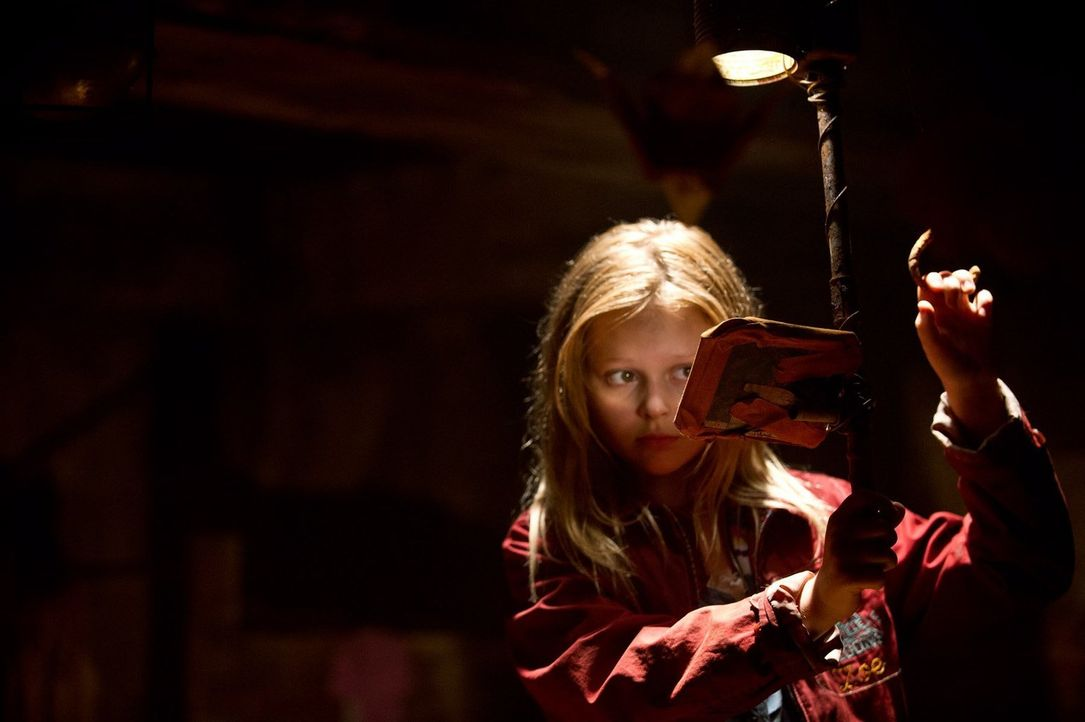 Erst viel spät wird Zoe (Emily Alyn Lind) klar, dass das Böse außerhalb des Schutzbunkers sie bis in den Tod verfolgen wird ... - Bildquelle: 2015 Warner Bros.