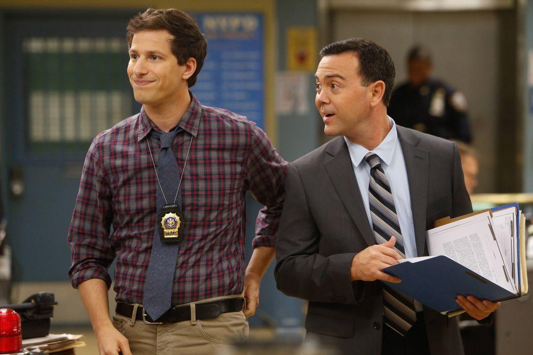 Jake Peralta (Andy Samberg, l.); Charles Boyle (Joe Lo Truglio, r.) - Bildquelle: Jordin Althaus 2013 NBC Studios LLC. All Rights Reserved. / Jordin Althaus