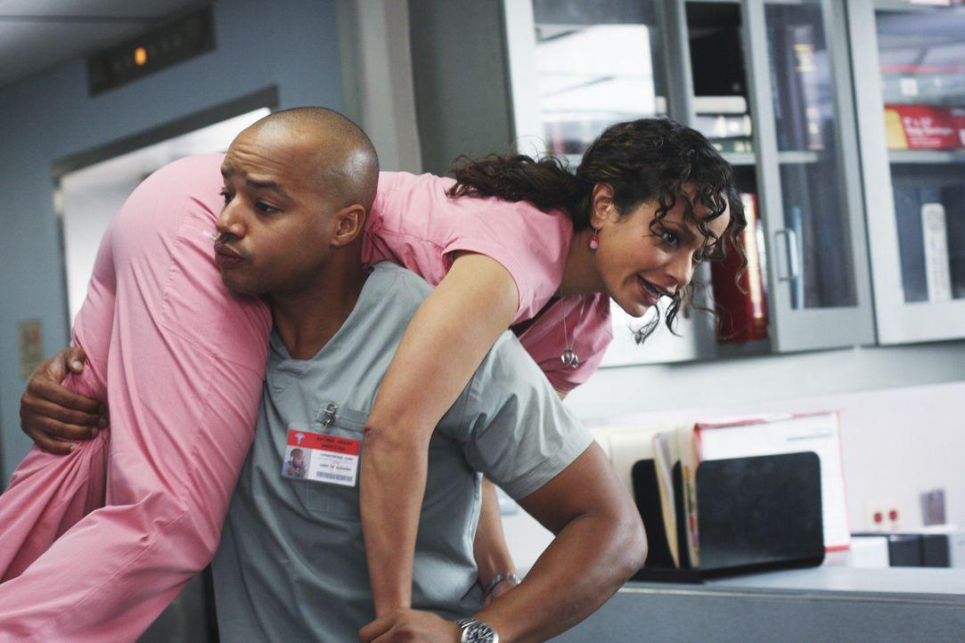 Carla (Judy Reyes, r.) macht Turk (Donald Faison, l.) klar, dass sie gerade total scharf auf ihn ist. Daraufhin trägt Turk sie in den Ruheraum. Doc... - Bildquelle: Touchstone Television