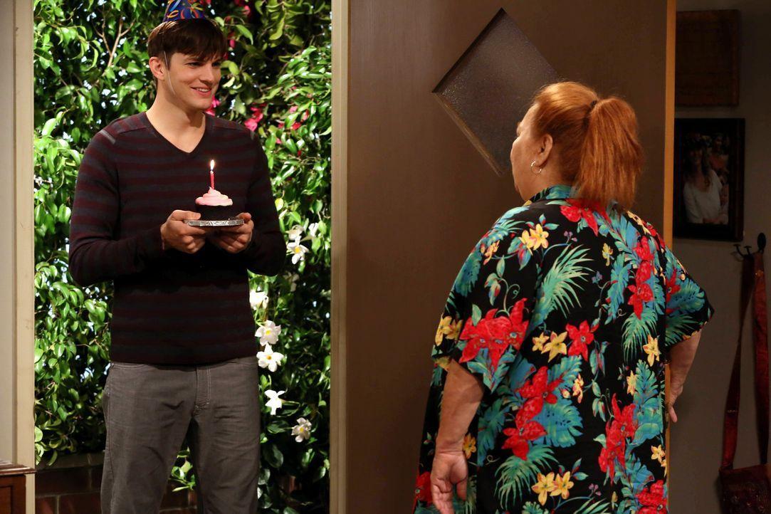 Da Berta (Conchata Ferrell, r.) wenig Interesse daran hat, ihren Geburtstag zu feiern, versucht Walden (Ashton Kutcher, l.) sein Möglichstes, den Ta... - Bildquelle: Warner Bros. Television
