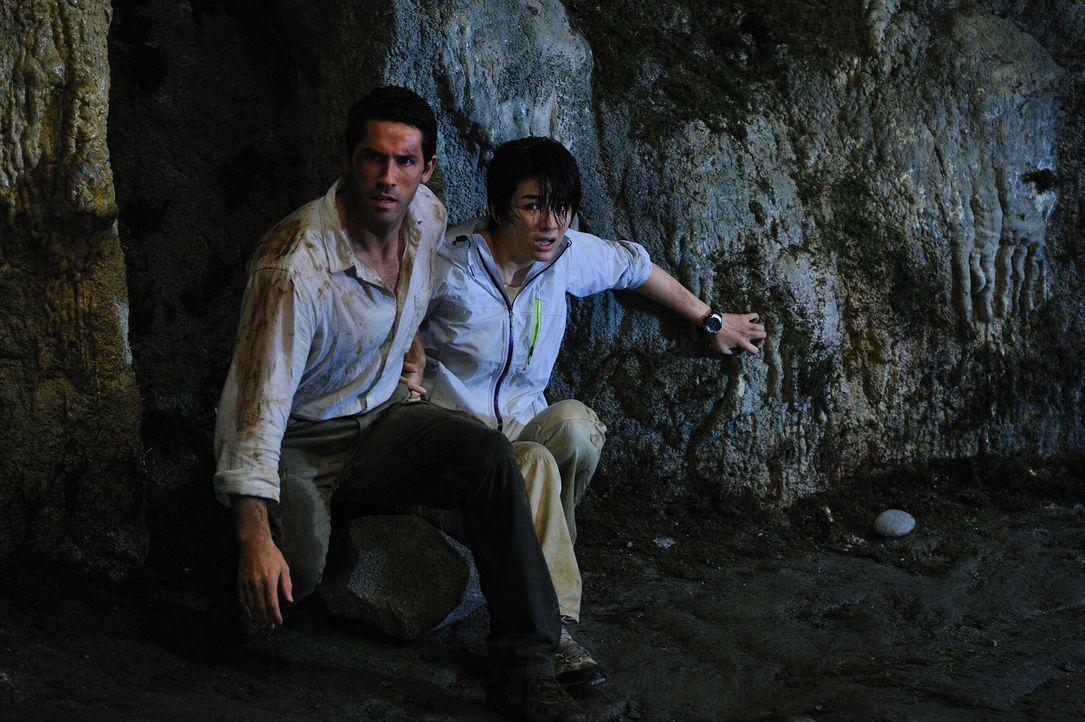Travis Preston (Scott Adkins, l.) ist ein Kryptozoologe und spürt in dieser Eigenschaft noch nicht entdeckten oder angeblich ausgestorbenen Arten hi...