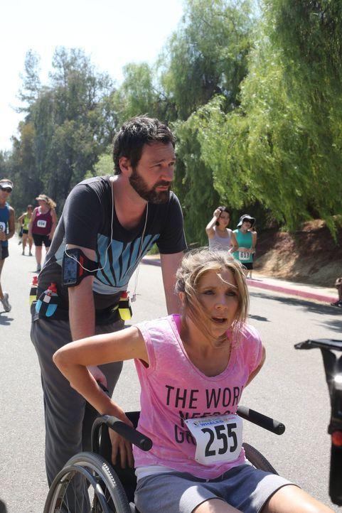 Beim Training für einen Marathon verletzt sich Polly (Sarah Chalke, vorne) am Rücken. Julian (Jon Dore, hinten) ist sofort zur Stelle, um ihr beizus... - Bildquelle: 2013 American Broadcasting Companies. All rights reserved.