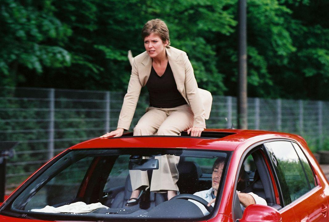 Beim Versuch Kristinas (Valerie Niehaus, l.), dem verriegelten Auto zu entkommen, entgehen sie und Ben (Jan Sosniok, r.) nur knapp einer Katastrophe... - Bildquelle: Prosieben