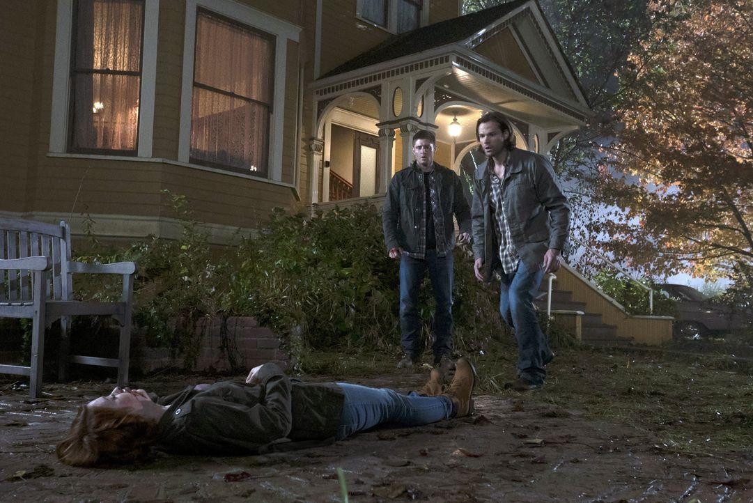 Als Dean (Jensen Ackles, M.) und Sam (Jared Padalecki, r.) davon erfahren, dass Charlie (Felicia Day, l.) aus Oz zurückgekehrt ist und einen Anwalt... - Bildquelle: 2016 Warner Brothers
