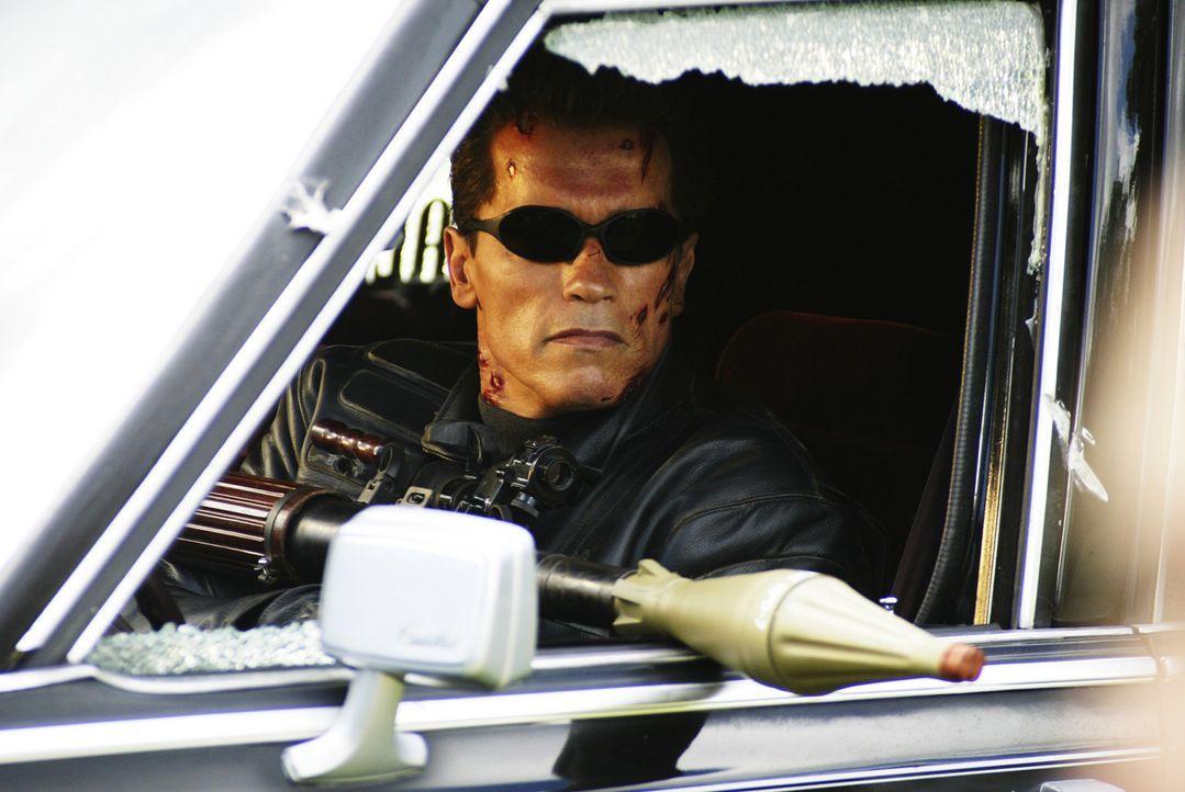 Für John, Kate und T-800 (Arnold Schwarzenegger) bleibt nur wenig Zeit, um die Welt vor der erbarmungslosen T-X zu retten ... - Bildquelle: 2004 Sony Pictures Television International. All Rights Reserved.