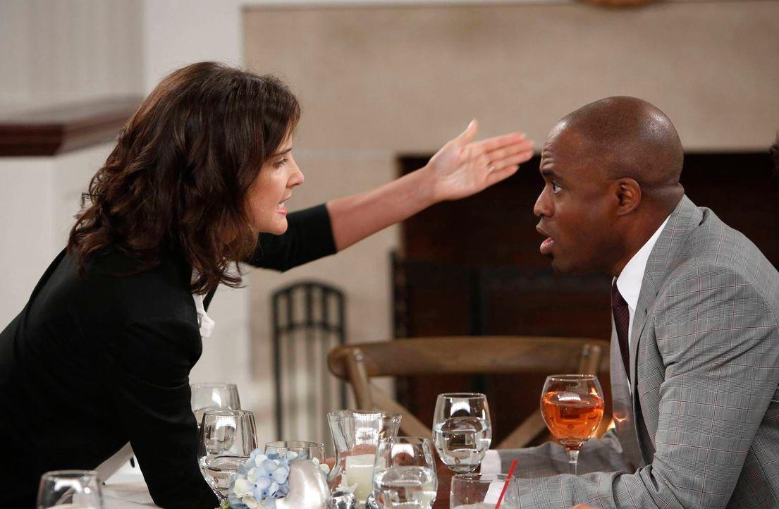 Als Robin (Cobie Smulders, l.) erfährt, dass sich James (Wayne Brady, r.) scheiden lassen möchte, kann sie nicht an sich halten ... - Bildquelle: 2013 Twentieth Century Fox Film Corporation. All rights reserved.