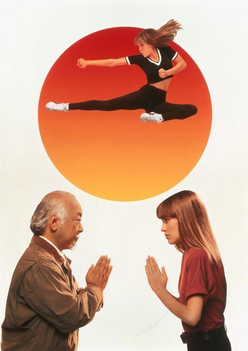 """Miyagi (Noriyuki """"Pat"""" Morita, l.) nimmt die junge Julie (Hilary Swank, r.) während der Sommerferien bei sich auf, weiht sie in die Geheimnisse der... - Bildquelle: Columbia Pictures"""