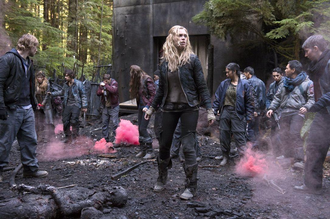 Zu spät erkennt Clarke (Eliza Taylor), dass der Krieg noch lange nicht gewonnen ist ... - Bildquelle: Warner Brothers