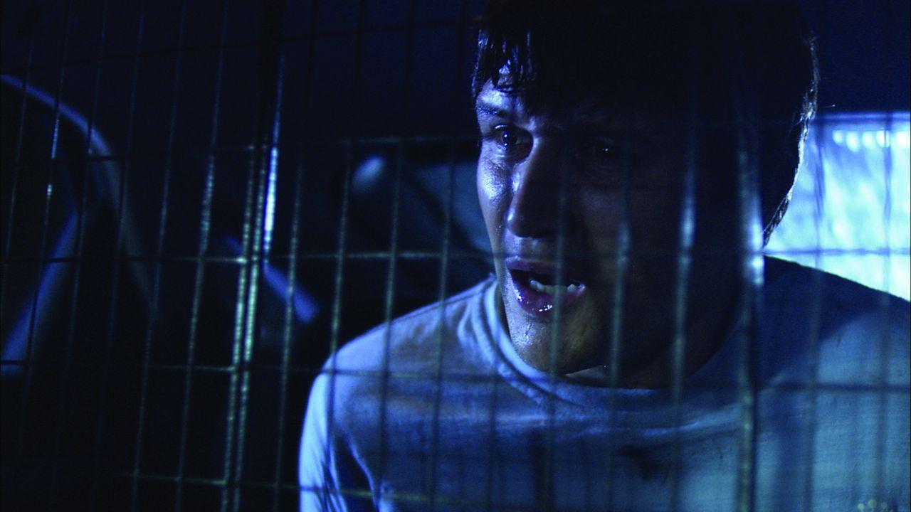 Es herrscht bereits finstere Nacht als Zakes (Will Ash) und Beth eine gefesselte, blutverschmierte Frau in einem Lieferwagen erblicken. Während Zak...