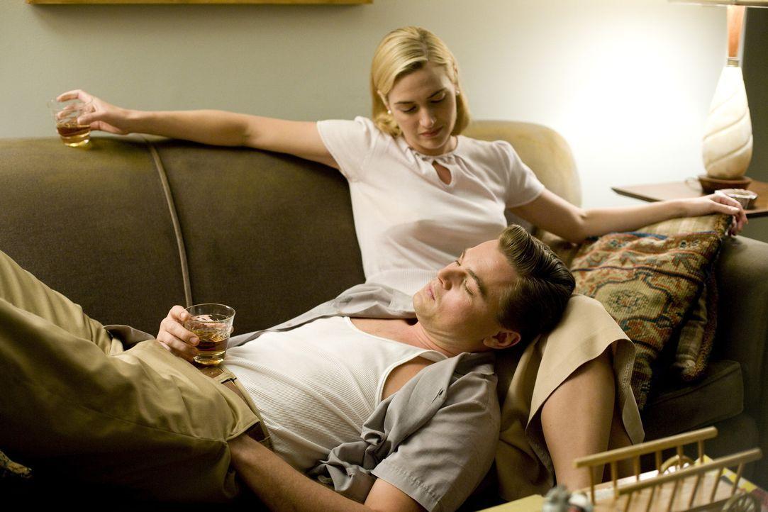 Die liebevolle Idylle trügt: April (Kate Winslet, r.) und Frank Wheeler (Leonardo DiCaprio, l.) ... - Bildquelle: 2007 Dreamworks,  LLC.