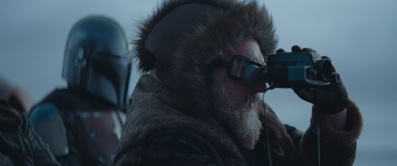 Der Mandolorianer (Pedro Pascal, l.); Der Fahrer (Brian Posehn, r.) - Bildquelle: 2020 Lucasfilm Ltd.