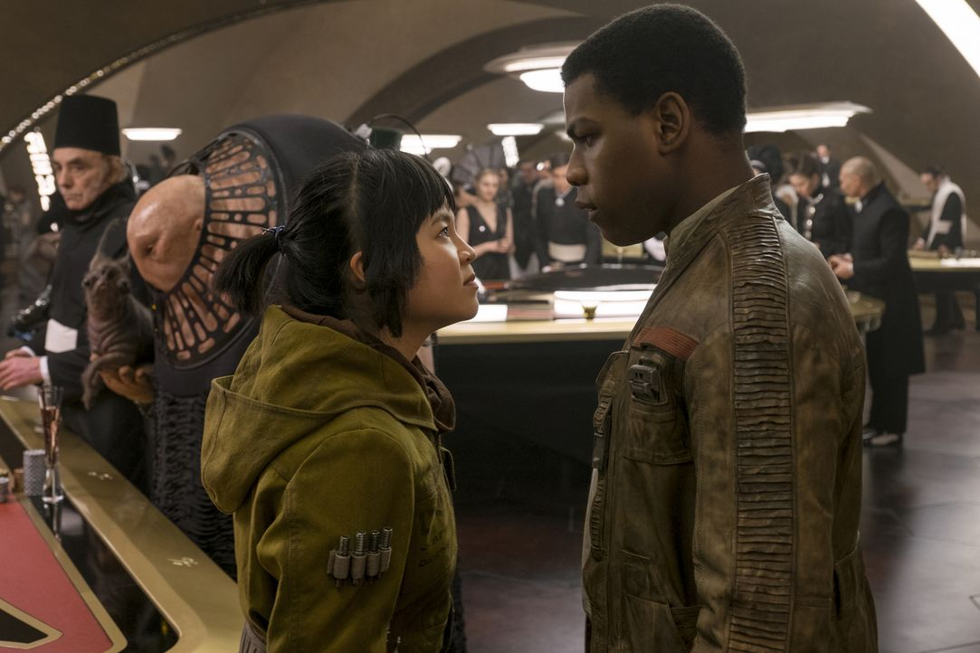 Rose (Kelly Marie Tran, l.); Finn (John Boyega, r.) - Bildquelle: David James 2017 & TM Lucasfilm Ltd. / David James