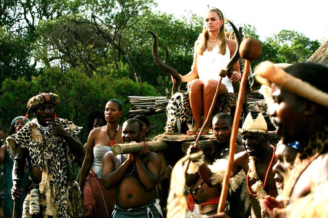 Weil Bionda (Nicolette van Dam) mit Britney Spears verwechselt wird, soll sie einen Stammeshäuptling heiraten ...