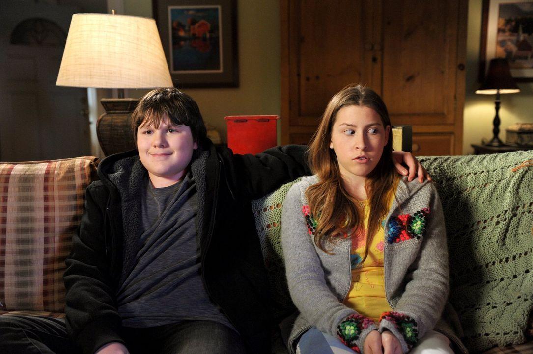Nach dem Besuch eines inspirierenden Gottesdienstes beschließt Sue (Eden Sher, r.), einen Babysitting-Service zu gründen, ist jedoch schockiert, als... - Bildquelle: Warner Brothers
