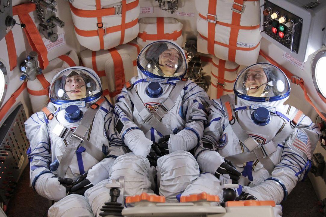 Gemeinsam mit Dimitri (Pasha D. Lychnikoff, M.) und Mike Massimino (Mike Massimino, r.) geht Howard (Simon Helberg, l.) auf Weltraummission ... - Bildquelle: Warner Bros. Television