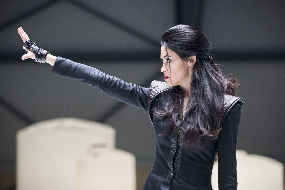 Die Pilgerin (Faye Kingslee) mach Jagd auf die jungen Versionen der Legends, um sie somit aus der Geschichte auszuradieren ... - Bildquelle: 2015 Warner Bros.