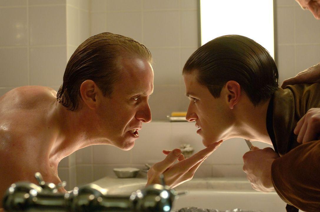 Kurz vor seinem Tod wartet der brutale und sadistische Grutas (Rhys Ifans, l.) mit einer schrecklichen Überraschung für Hannibal Lecter (Gaspard Ull... - Bildquelle: Tobis Film