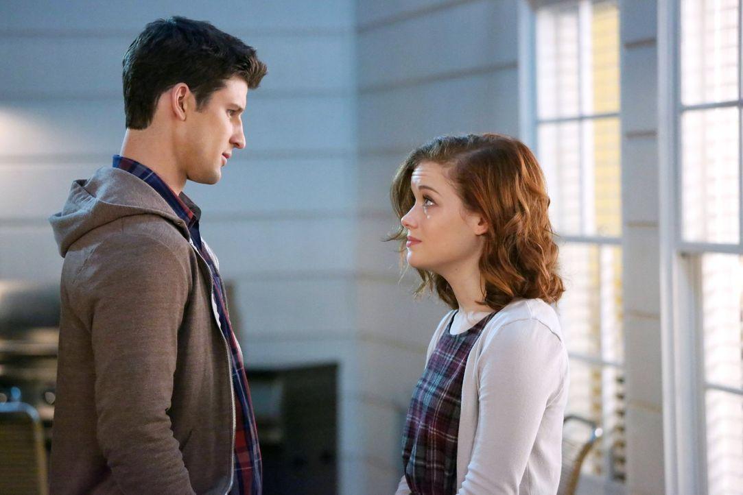 Während Tessa (Jane Levy, r.) herausfindet, dass Ryan (Parker Young, l.) sich überlegt, Chatswin zu verlassen, um aufs College zu gehen, müssen Geor... - Bildquelle: Warner Brothers