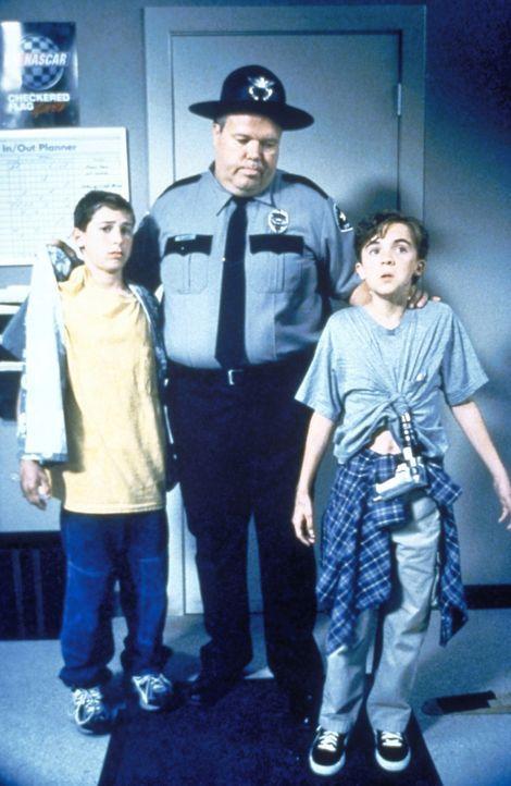 Reese (Justin Berfield, l.) und Malcolm (Frankie Muniz, r.) werden von Officer Karl (Joel Mckinnon Miller, M.) bei einem Streit ertappt. - Bildquelle: 20th Century Fox