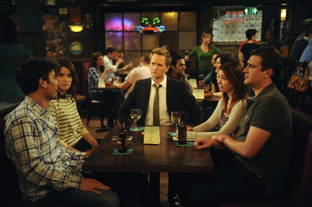 Als Ted (Josh Radnor, l.) mit einer wichtigen Entscheidung, die sich auf seine Zukunft mit Zoey auswirken könnte, konfrontiert wird, teilen ihm sei... - Bildquelle: 20th Century Fox International Television