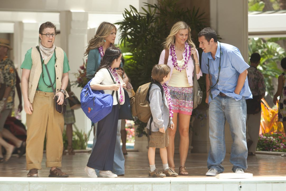 Um Palmer (Brooklyn Decker, 2.v.r.) für sich zu gewinnen, lässt sich Danny (Adam Sandler, r.) auf einen Urlaub auf Hawaii ein - allerdings mit sei... - Bildquelle: 2011 Columbia Pictures Industries, Inc. All Rights Reserved.