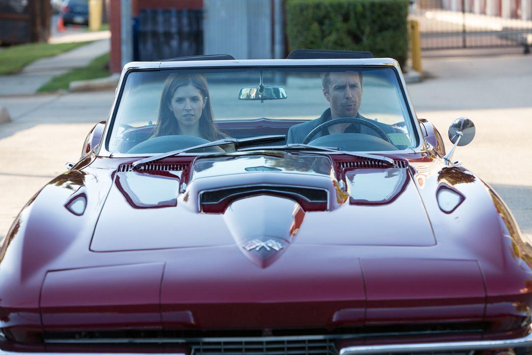 Die Beziehung zwischen Martha (Anna Kendrick, l.) und Francis (Sam Rockwell, r.) ist in voller Fahrt. Doch durch Francis' Vergangenheit wird sie imm... - Bildquelle: Wild Bunch