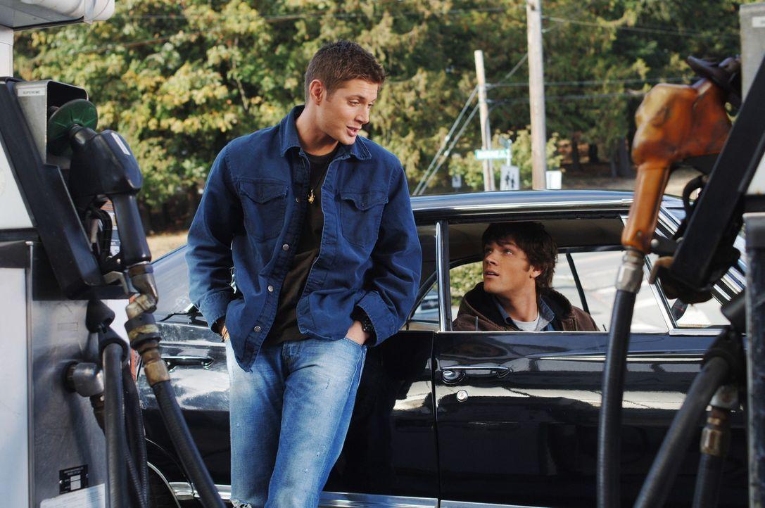 Sam (Jared Padalecki, r.) und Dean (Jensen Ackles, l.) kommen einem alten College-Freund von Sam zur Hilfe, nachdem dieser für einen Mord verantwor... - Bildquelle: Warner Bros. Television