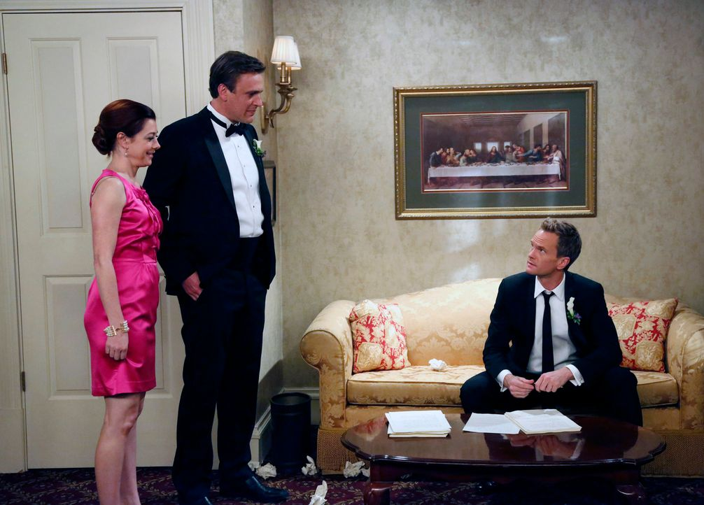 Barney (Neil Patrick Harris, r.) holt sich bei dem Vorzeigeehepaar Lily (Alyson Hannigan, l.) und Marshall (Jason Segel, M.) Hilfe beim Schreiben se... - Bildquelle: 2014 Twentieth Century Fox Film Corporation. All rights reserved.
