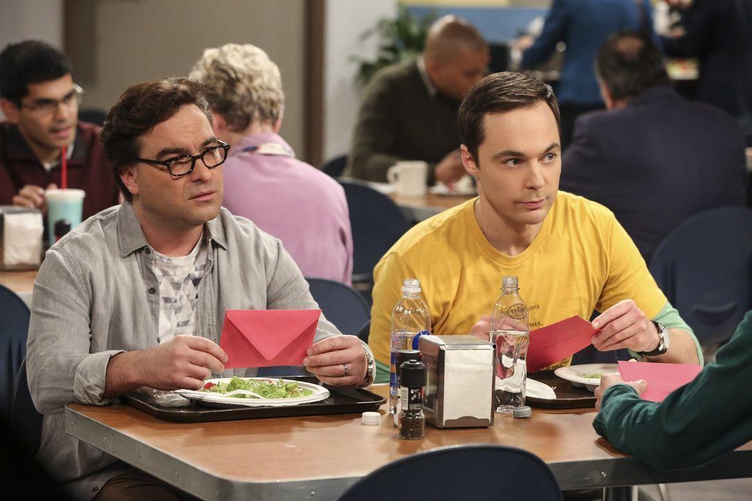Während Leonard (Johnny Galecki, l.) dank eines Briefs beginnt, an sich zu zweifeln, will Sheldon (Jim Parsons, r.) eine Überraschung für Amys Gebur... - Bildquelle: Warner Bros. Television