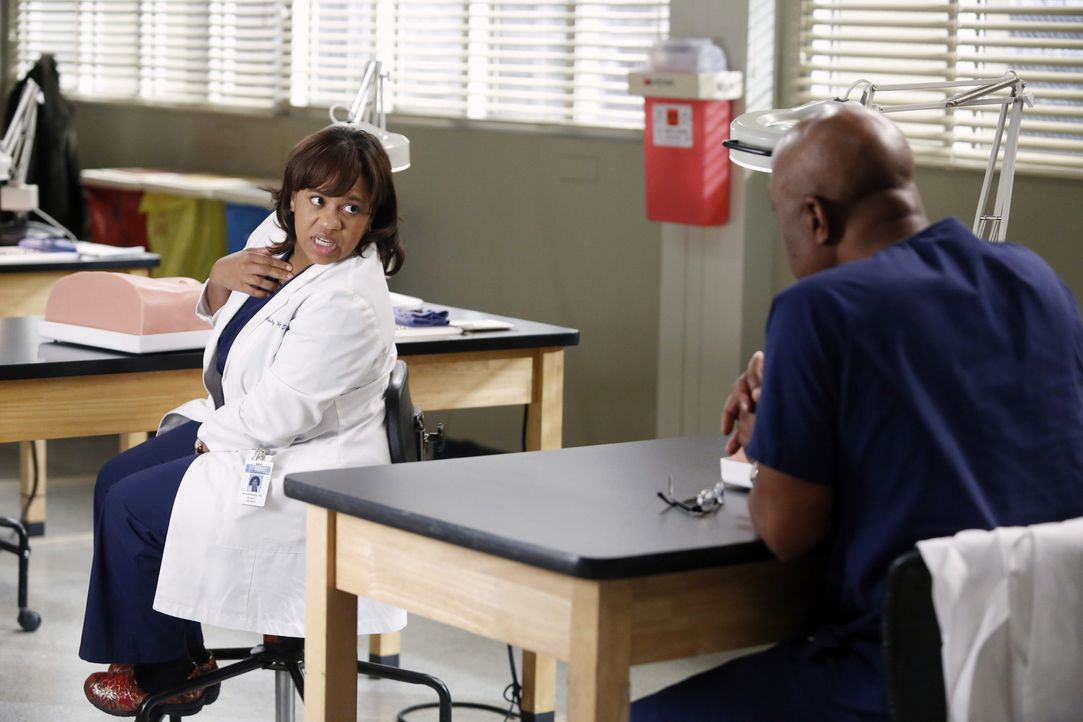 Eine neue einheitliche Methode für einen Leistenbruch soll im Seattle Grace angewandt werden. Bailey (Chandra Wilson, l.) und Richard (James Picken... - Bildquelle: ABC Studios
