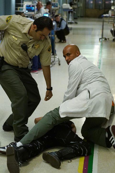 Horrornacht: Dr. Campbell (Boris Kodjoe, r.) und sein Team schweben plötzlich in Lebensgefahr, als ein verrückt gewordener Halloween-Patient in der... - Bildquelle: Monty Brinton 2015 ABC Studios