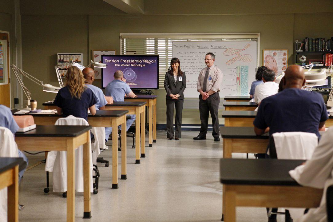 Im Übungslabor stellt Dr. Cahill (Constance Zimmer, M.l.) den Ärzten Dr. Nessbaum (Andy Milder, M.l.) vor, der ihnen eine neue, einheitliche Metho... - Bildquelle: ABC Studios
